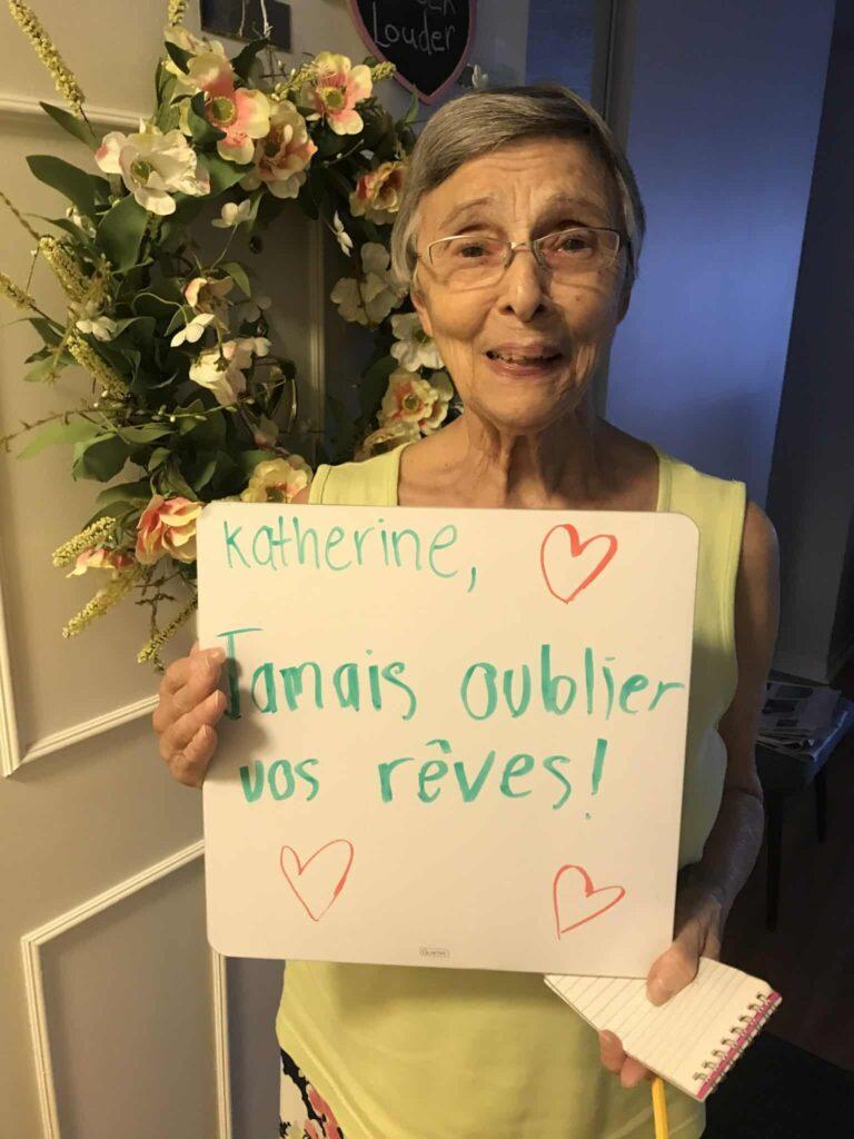Personne âgée qui tient un message